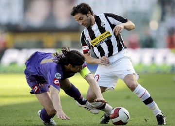 juventuss-del-piero-fights-for-the-ball-with-fiorentinas-ujfalusi-during-their-italian-serie-a-soccer-match-in-turin