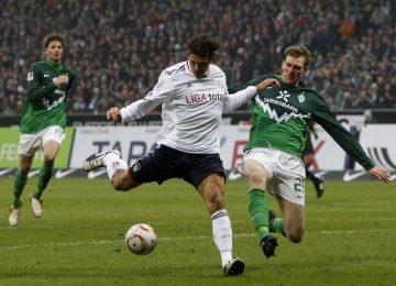 werder-bremens-mertesacker-challenges-bayern-munichs-gomez-during-german-bundesliga-soccer-match-in-bremen